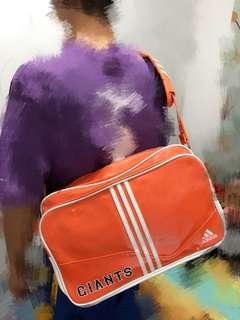 Adidas橙白斜揹袋