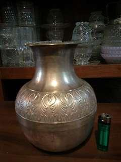 Vase tembaga antik t