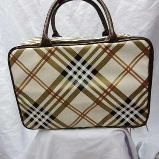 TRAVEL BAG KULIT (WATERPROOF)  Travel Bag Kulit dengan desain premium dan simpel membuat anda tampil menawan saat bepergian. Dengan kapasitas yang cukup besar dan terdapat
