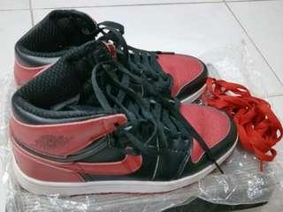 Sepatu olahraga pria warna merah merk air jordan
