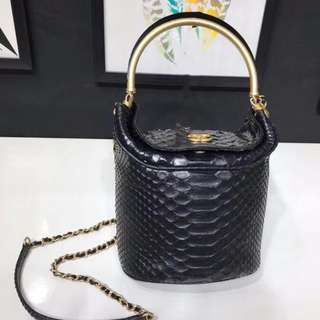 Chanel/香奈兒A57861新款蟒蛇皮金屬手柄鏈條休閒水桶包材料:蟒蛇皮、小羊皮與金色金屬尺寸:12×11×16cm顏色:黑色