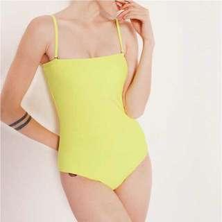 🚚 全新出清 瑩光淡黃 雙層極簡連身細肩帶泳衣
