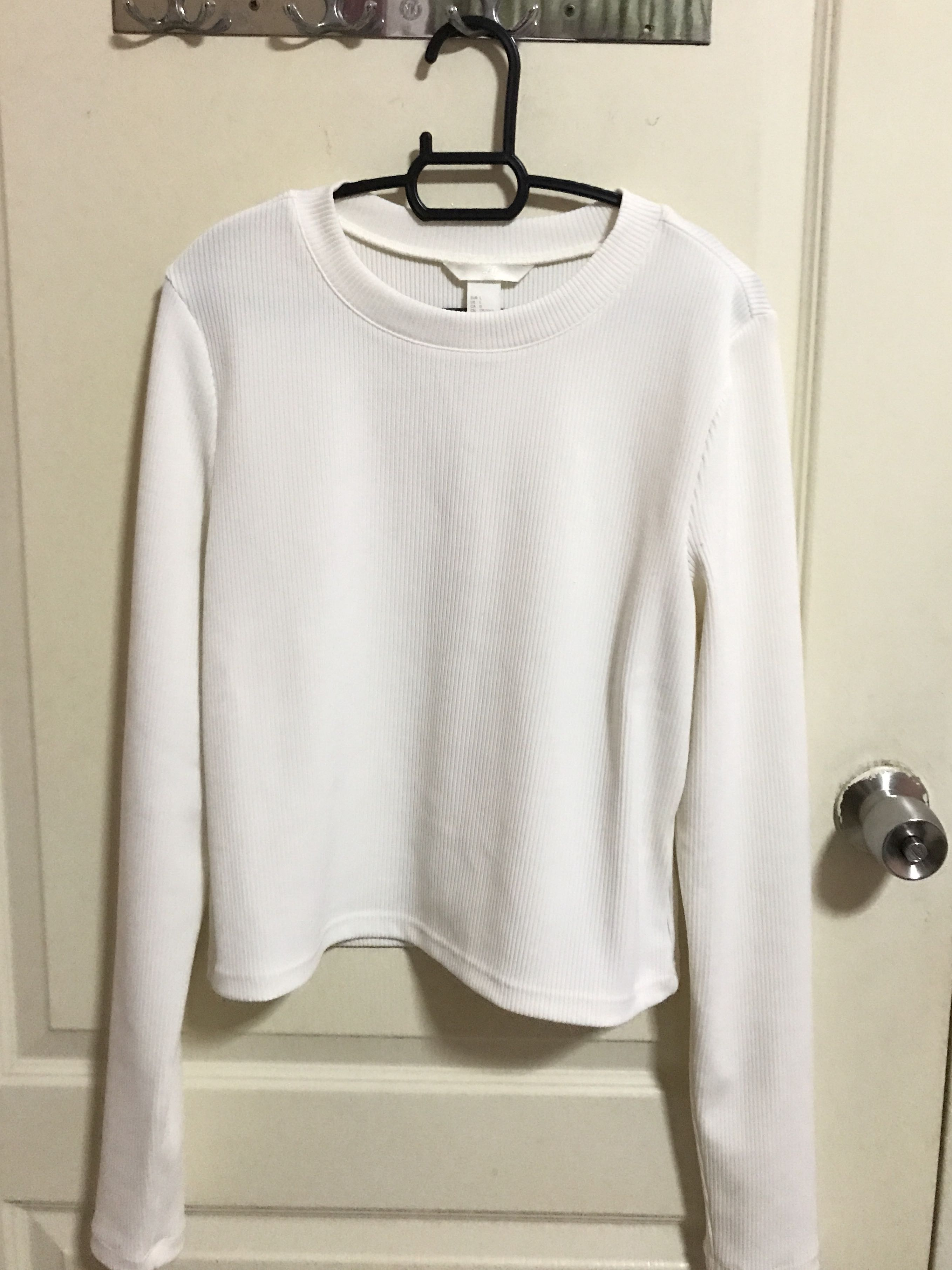 5f115b6f339bd2 H&M White Long Sleeve Top, Women's Fashion, Clothes, Tops on Carousell