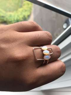 Gold coloured ring w pearl details