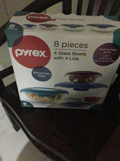 BNIB Pyrex 4 Glass Bowls with 4 Lids.