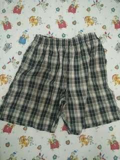 Celana pendek kotak abu abu