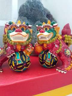 1 pair of colourful resin  lion siting on a ball