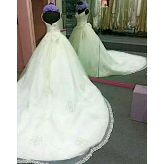 Jual gaun pengantin ekor cantik Ukuran M (LD 88-90 cm) Kondisi masih bagus banget