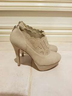 Heeled ankle boot in cream