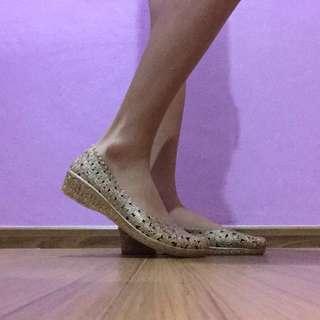 Heeled flat shoes