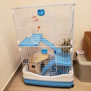 Chinchilla cage  龍貓籠 , 90% new 九成新,  3 storey high 三層, 外出袋 outdoor bag. Cooling pad, 冷板。Everything inside the cage is included. 包含籠裡所有。