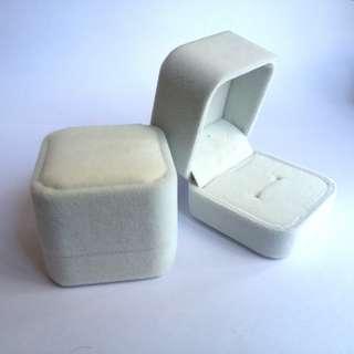 清貨2折 全新 高級絨戒指盒 耳環盒 耳釘 飾物盒 禮物盒 送禮  求婚戒指盒 結婚戒指盒 黑色 白色 灰色 啡色  絨布 情侶戒指盒