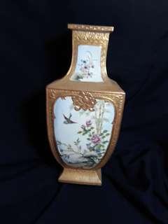 Qing era Qianlong mark famille rose ,法琅彩花鳥紋四方瓶。