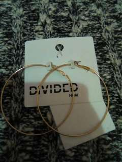 Anting divided H&M