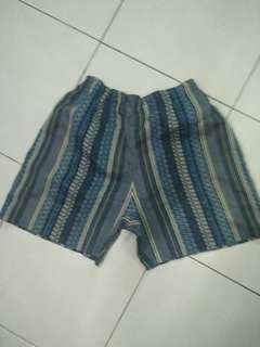 Celana pendek katun biru