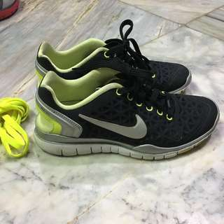 Auth Nike training Fit 2  US 5.5
