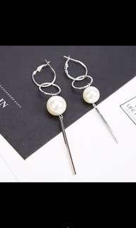 Loop pearl earrings