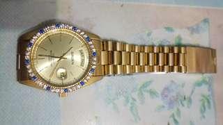瑞士GRUEN 黃金色石英錶 直徑3.6公分 錶上框有白藍寶石 是一隻非常漂亮的黃色金錶 有95%的新如新錶 特價賣出 保證原廠正品 原廠盒子 保證書 說明書打八折