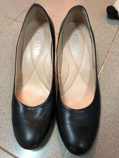 返工黑皮鞋
