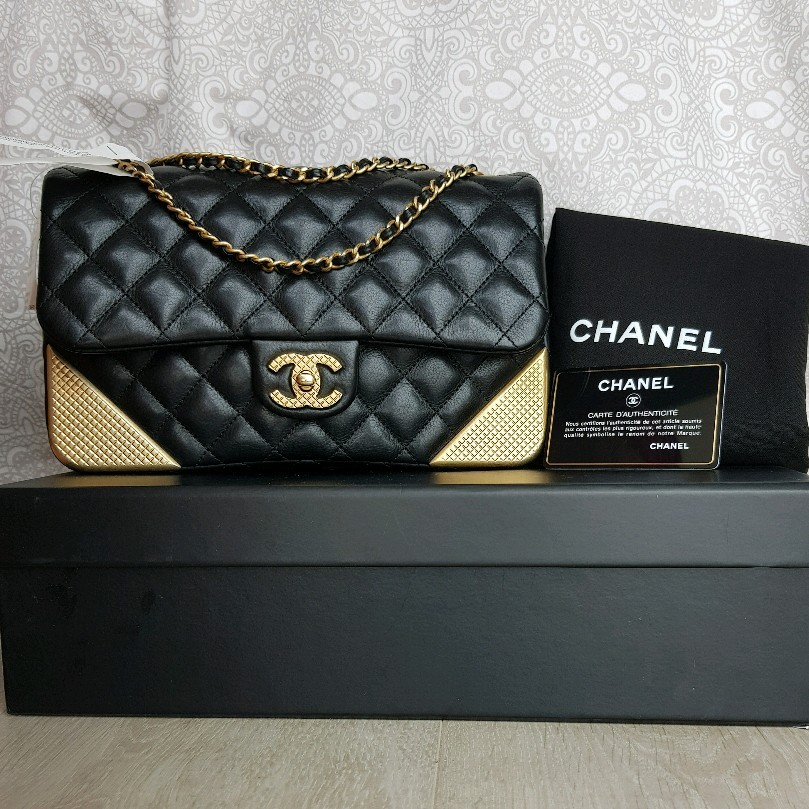 dbe0e6d42693 AUTHENTIC Chanel Medium Flap Bag with Studded Corners