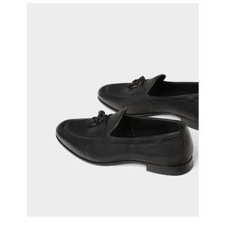 Loafer black with tussle
