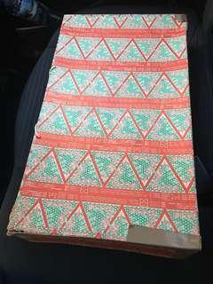 減價70-80年代裕貴華國貨紙盒一個,紙角有裂,但表面非常美觀,6個字電話號碼