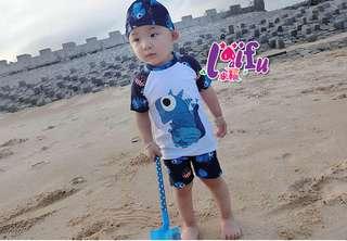.°。.☆小婷來福*.。°F8恐龍白短袖兒童泳衣小朋友游泳衣男泳褲,售價499元