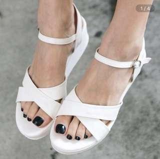 🚚 (近全新半價售)交叉環扣楔型涼鞋