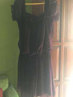 Dress ungu. Fit S sampai M. Ada defect di garis bahan alusnya kena sterikaan. Tp posisinya di bagian belakang jd bila dipakai ga kelihatan