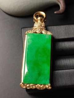 GZ-36批發價: ¥28800 陽綠素面牌子吊墜,色澤翠綠,冰透水潤,精美。 裸石: 29.8-14.8-2