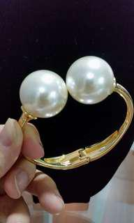 Huge pearl Bangle
