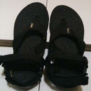 REI sepatu sendal