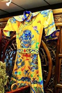 中國皇帝刺繡龍袍一套 (包括龍袍丶龍袍底衫丶頸袖及皇帝帽)