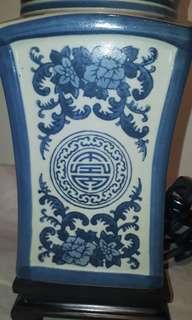 VINTAGE EARLIE 19TH CRNTURY BLUE WHITE PORSERLINE TABEL LAMP