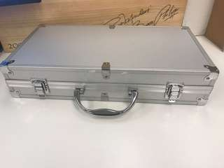 吸震防潮行李箱