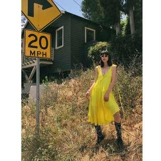 VM 夏 V領心機 抽皺設計感 清爽螢光黃 飄逸吊帶正反兩穿 雪紡吊帶A字連身裙