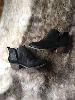 Ankle boots with split