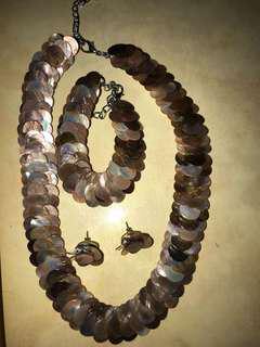 Kalung, anting, gelang (dibuat dari kerang)