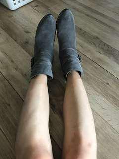 🚚 Dark grey boots