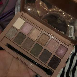 Eyeshadow the blushed NUDES maybelline