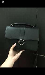 tas selempang hitam