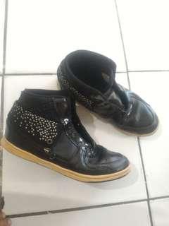 TOMKINS Sepatu sekolah kets hitam