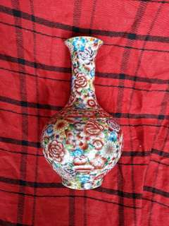 Qing Qianling seal mark famille rose flowers vase. 25cm high. 大清乾隆年款法珢彩花瓶。