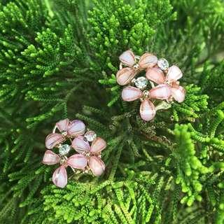 🚚 森林少女-耳針式耳環 韓國 粉紅花瓣 招桃花 繡球花 婚宴