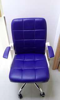 椅 左右扶手可向上移動