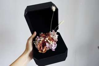 🚚 Dried roses in navy box