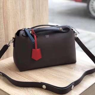Fendi  2018秋冬色,小牛皮波斯頓女包,BOSTON Bag 設計簡單獨特 雙面可用 既可當手包 也可肩帶(肩帶可調長短) 尺寸28cm🔗🔗