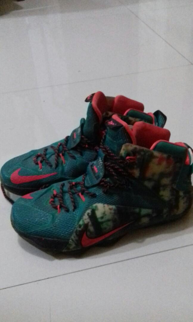 separation shoes d0bf9 0f19b Sepatu Basket NIKE LEBRON 12 XMAS premium, Men s Fashion, Men s Footwear on  Carousell
