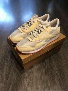 🚚 Reebok 白色底復古休閒鞋 適合穿23.5cm的腳