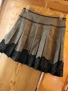 🚚 專櫃品牌法國娃娃 時尚款百褶格紋拼接蕾絲灰色短裙